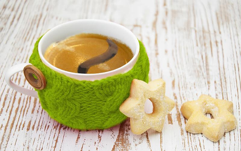 Tasse Kaffee mit Gebäck und Hörwelten Logo-Crema
