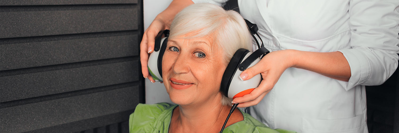 Seniorin beim Hörtest